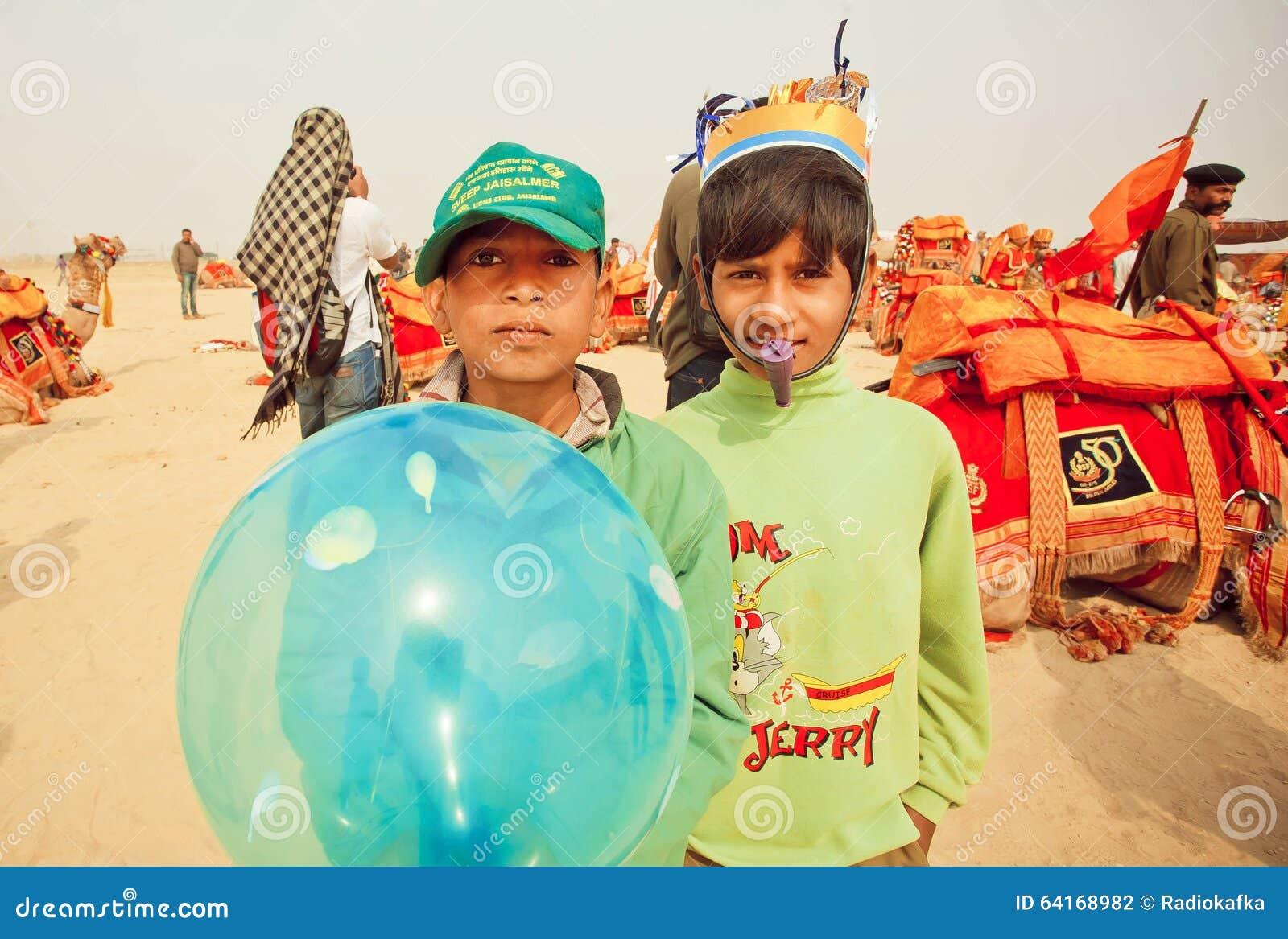 Gelukkige kinderen die pret op woestijn Carnaval hebben tijdens het Woestijnfestival in India