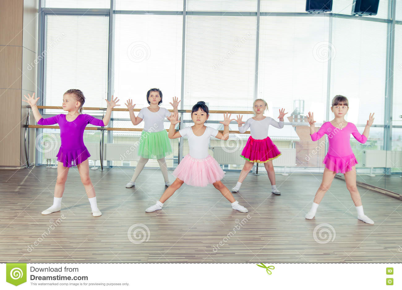 Gelukkige kinderen die in zaal, het gezonde leven, kid& x27 dansen; togethern s