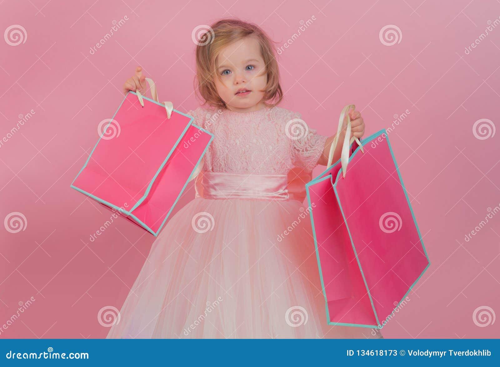 Gelukkige kinderjaren van meisje Jong geitje het winkelen Het winkelen Zakken Isoleer op wit Dank voor uw aankoop grote verkoop b
