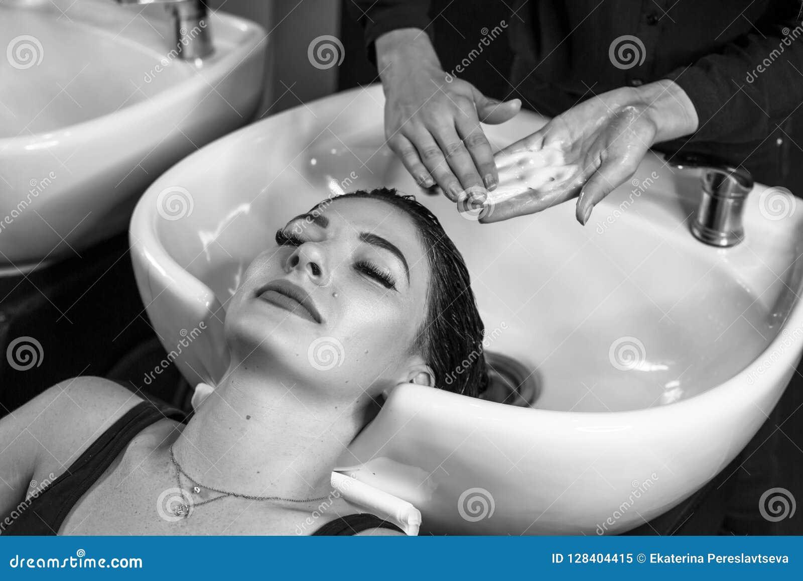Gelukkige klant in het schone haar van de salonhaarverzorging