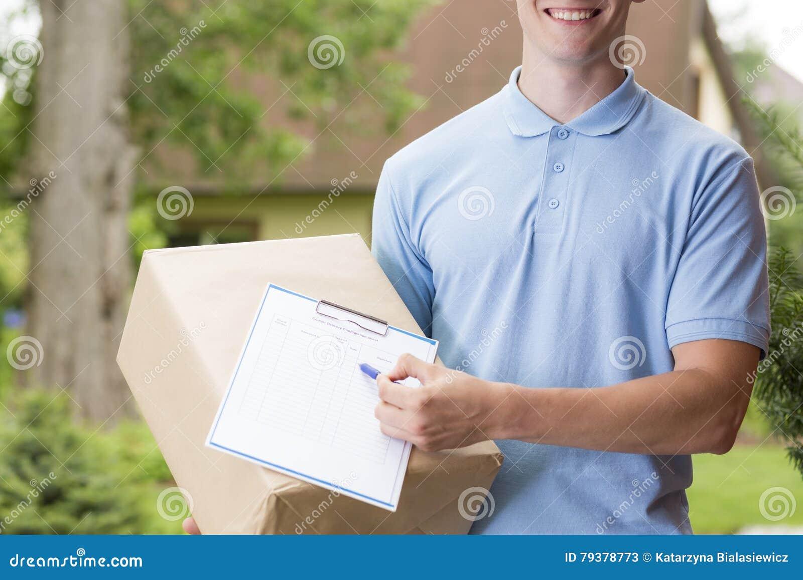 Gelukkige koerier die een pakket houden