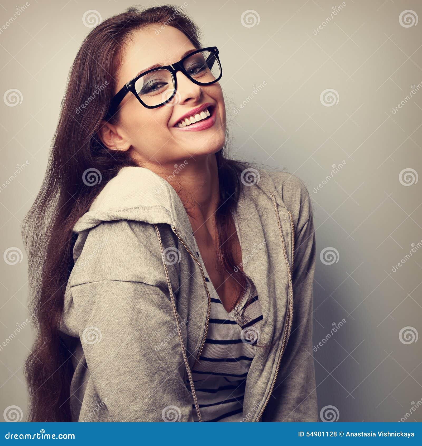 Gelukkige lachende toevallige vrouw in oogglazen Uitstekende close-up portr