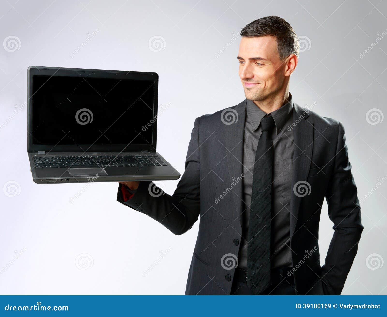 Gelukkige laptop van de zakenmanholding