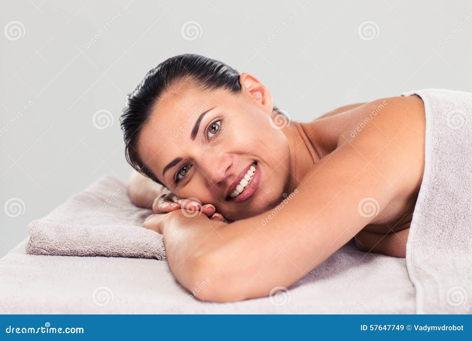 Gelukkige leuke vrouw die op massagelanterfanter liggen