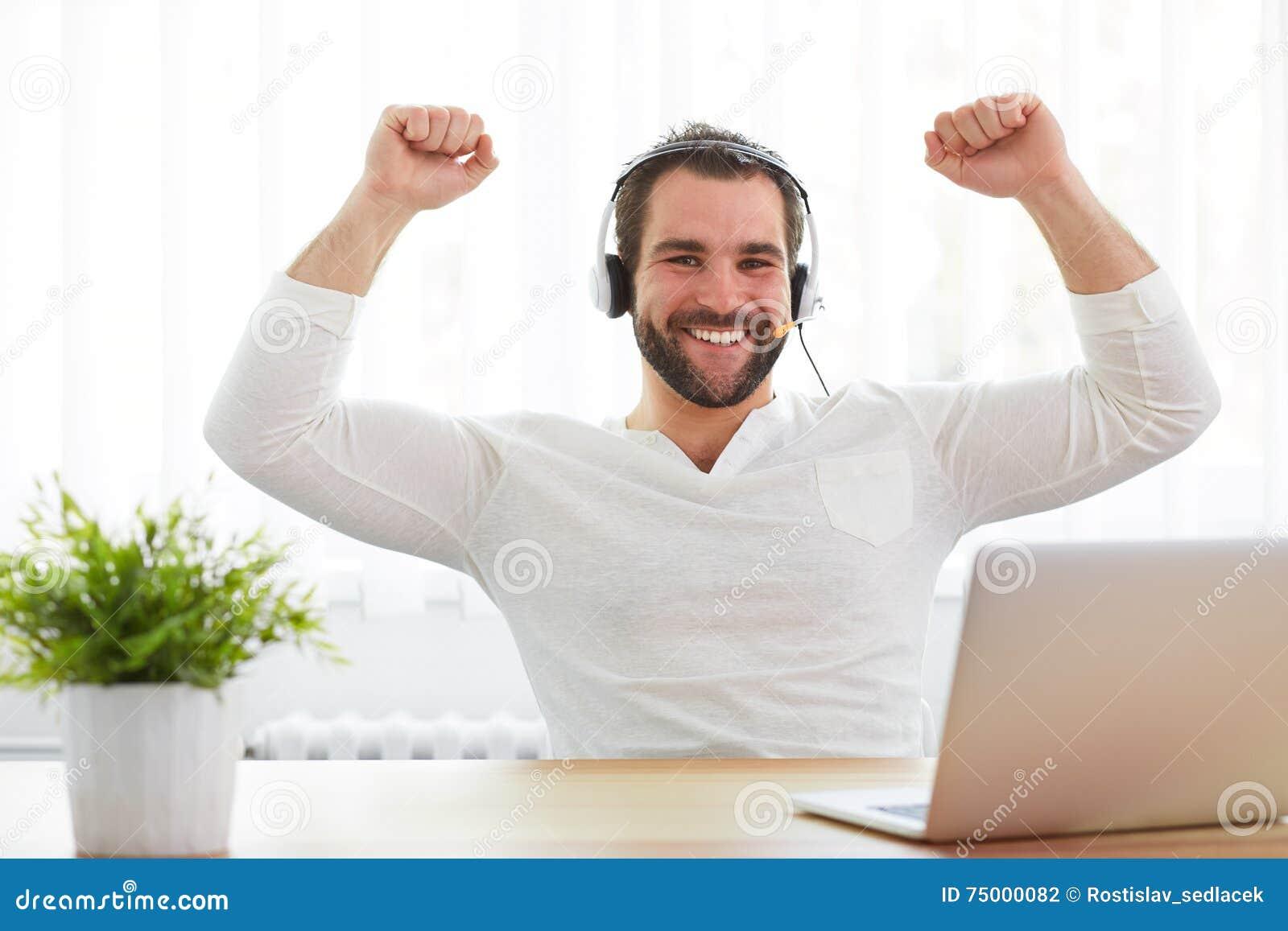 Gelukkige mannelijke exploitant in het bureau