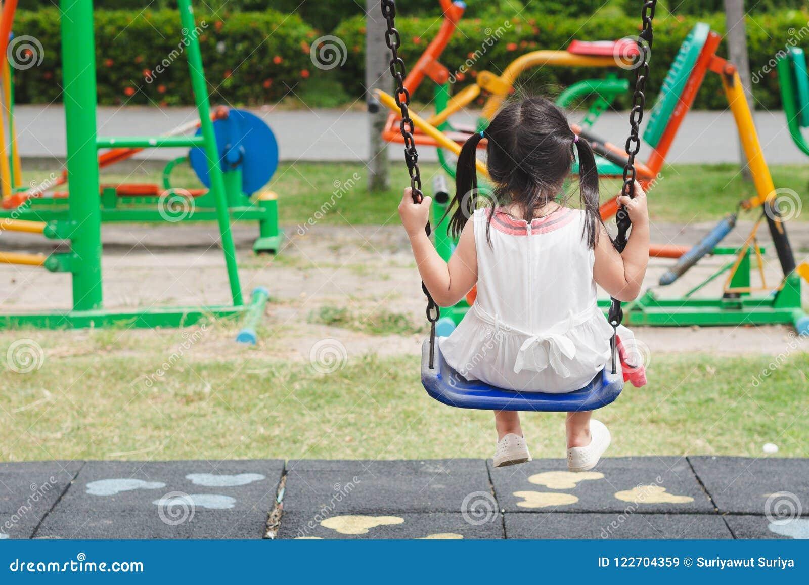 Gelukkige meisje speelschommeling bij de speelplaats Gelukkig, Familie