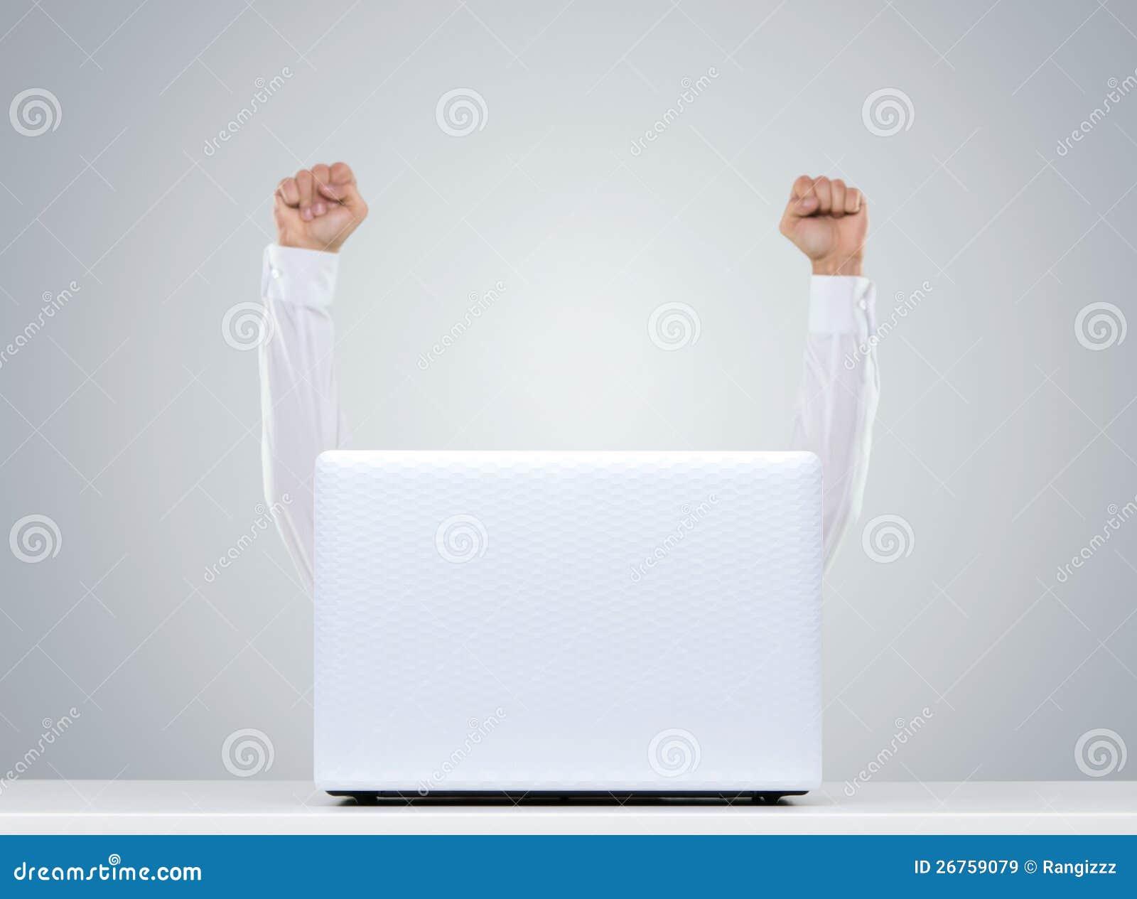 Gelukkige mens achter laptop