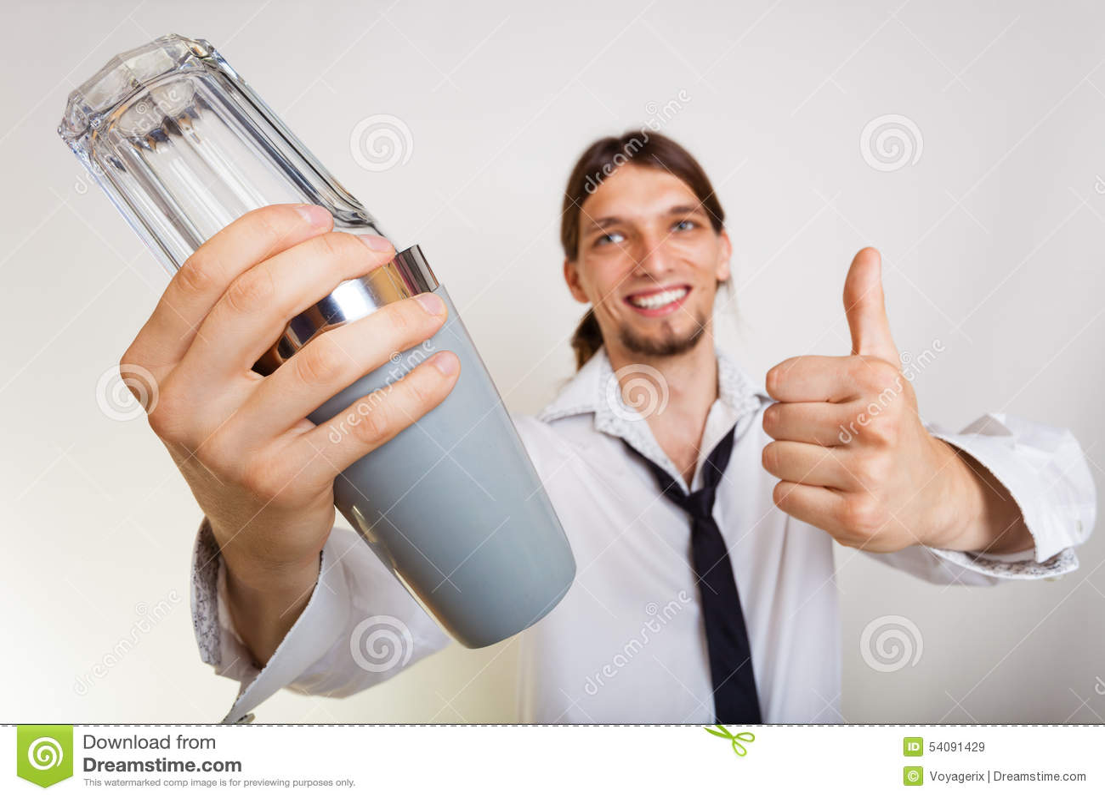 Gelukkige mens die met schudbeker cocktaildrank maken