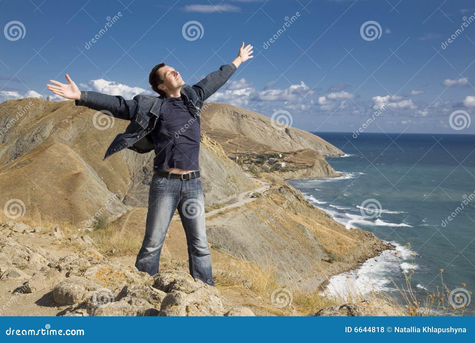 Gelukkige mens op de berg