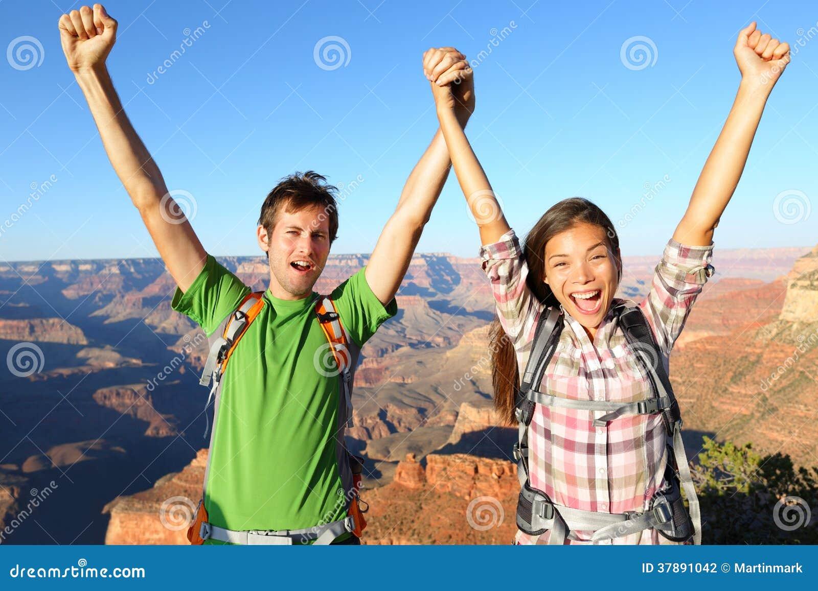Gelukkige mensen die het toejuichen in Grand Canyon vieren