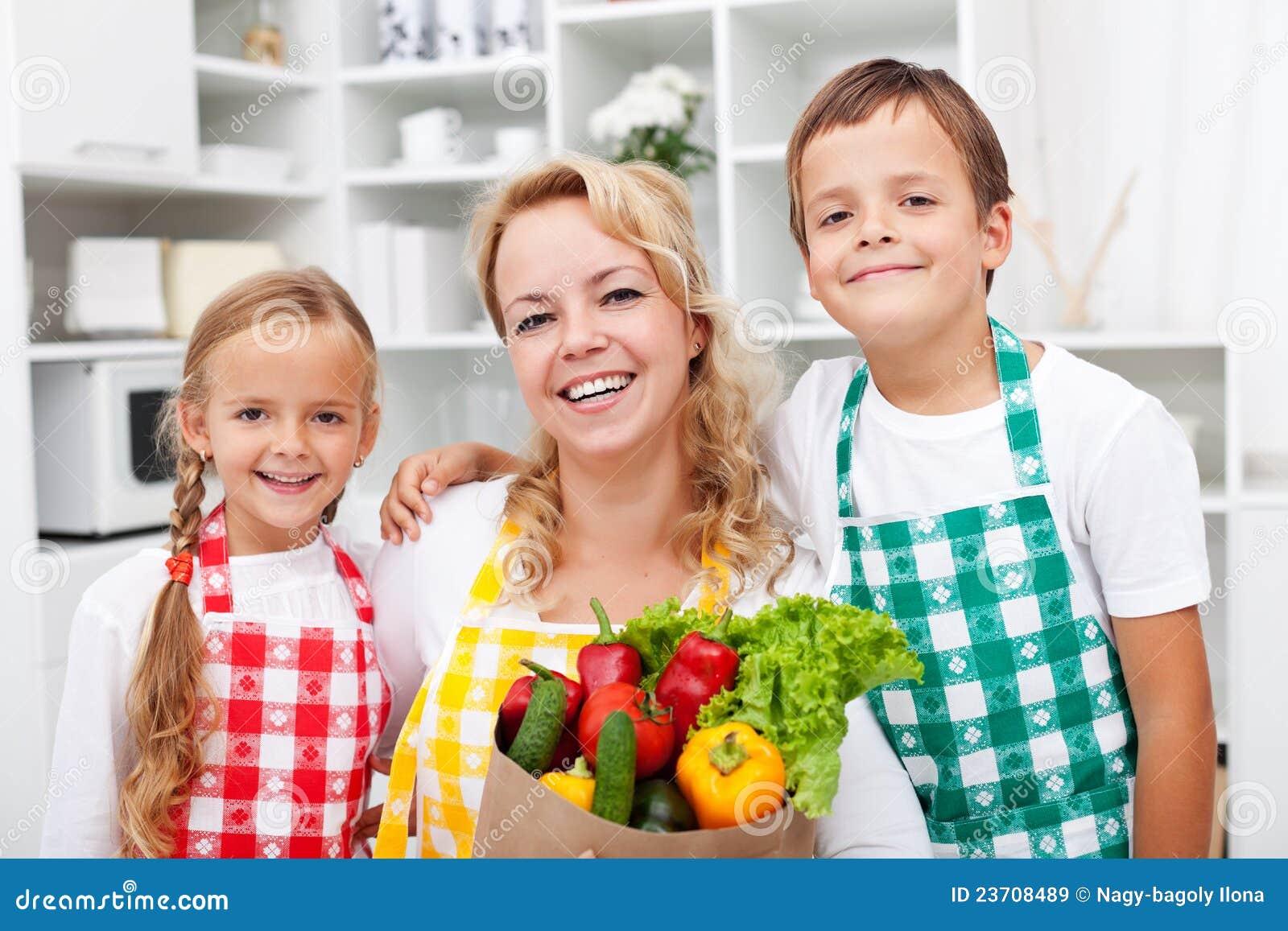 Gelukkige mensen met gezond voedsel