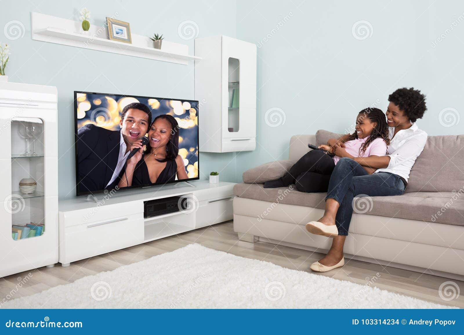 Gelukkige Moeder en Dochter het Letten op Televisie