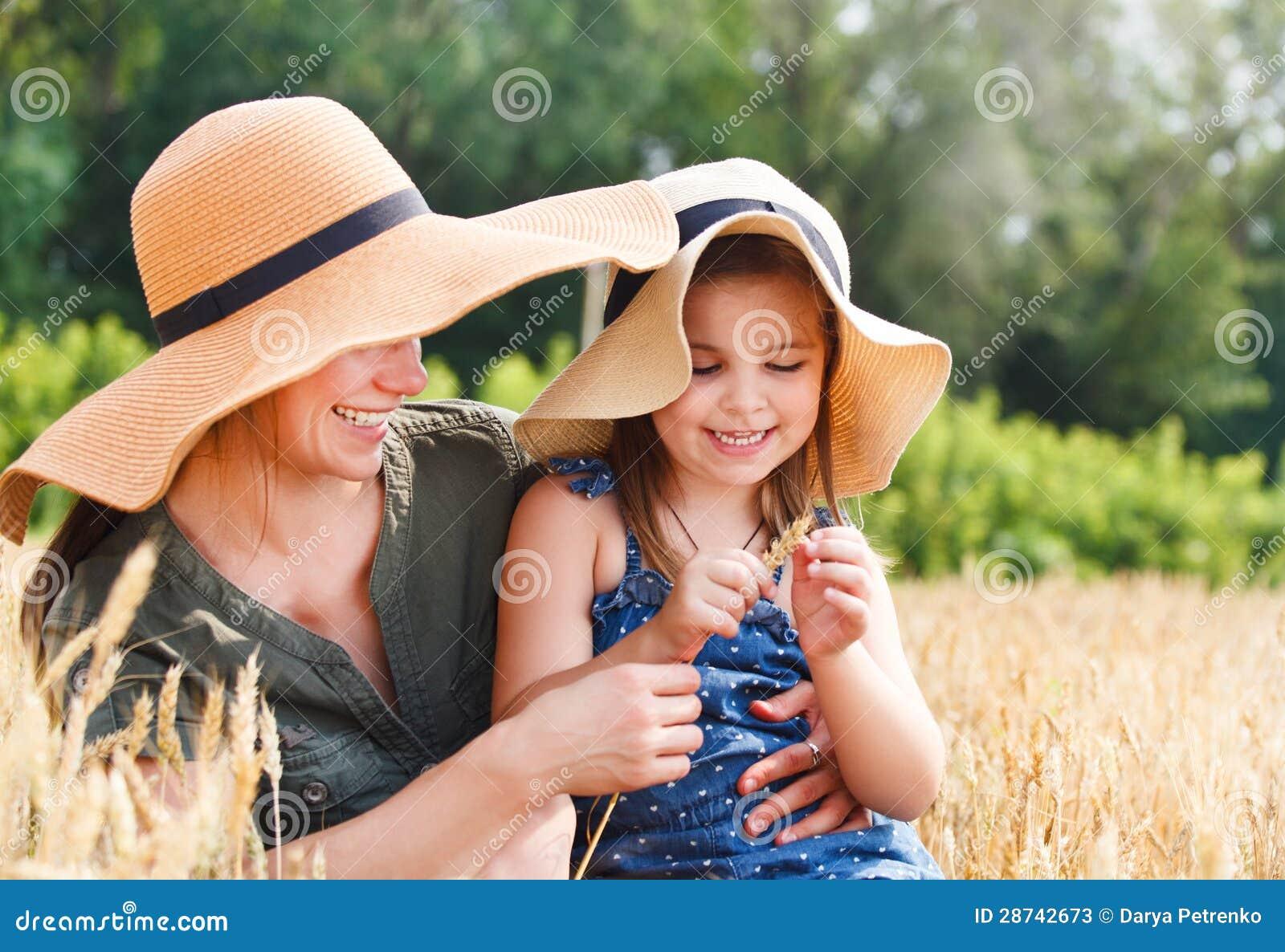 Gelukkige moeder en haar weinig dochter