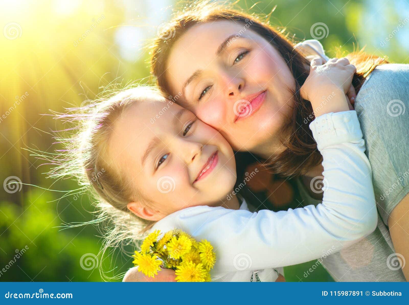 Gelukkige moeder en haar weinig dochter openlucht Mamma en dochter die van aard samen in groen park genieten