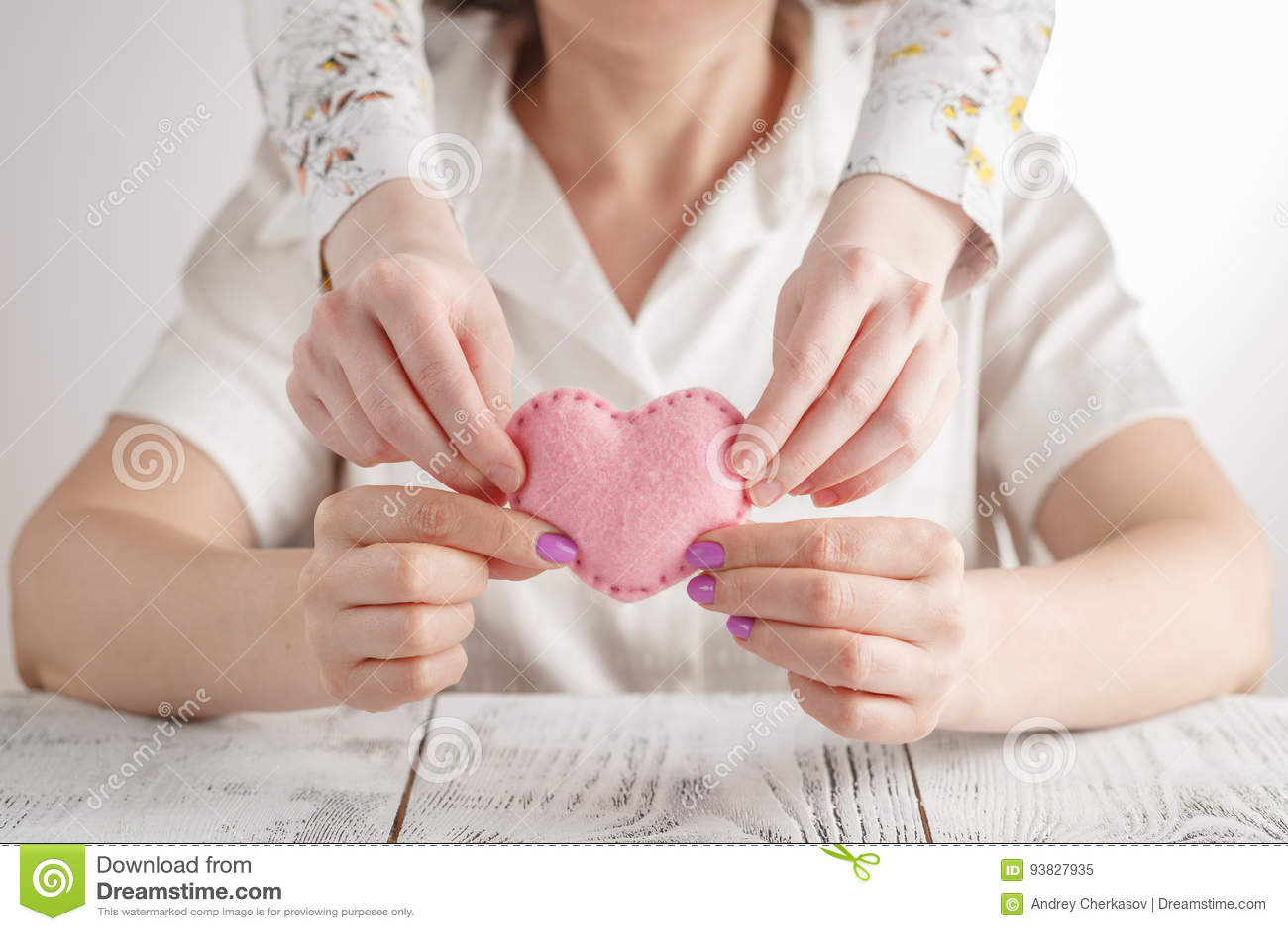 Gelukkige moeder` s dag! De kinddochter wenst mamma geluk en geeft haar hart