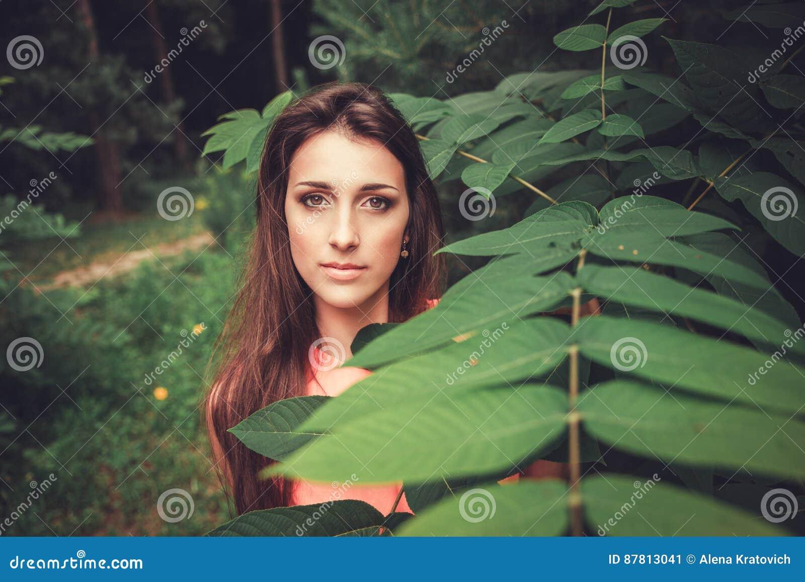 Gelukkige mooie jonge vrouw in het park van de de lentebloesem