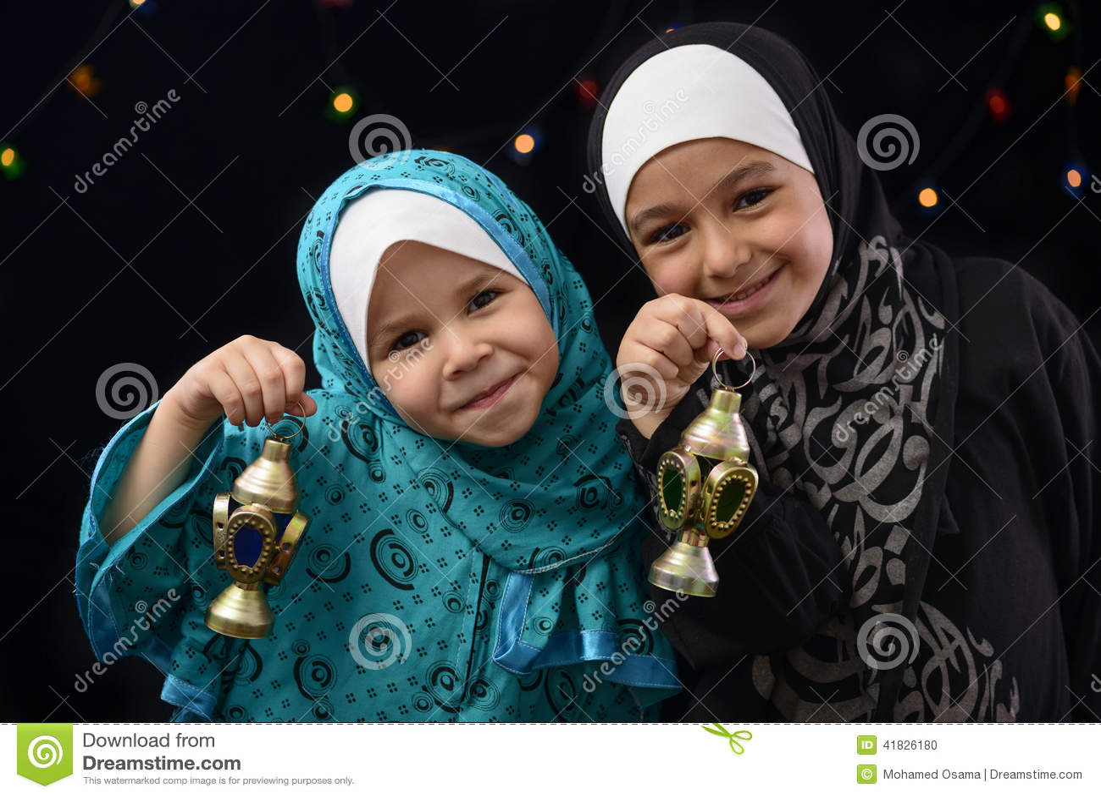 Gelukkige Moslimmeisjes met Ramadan Lantern
