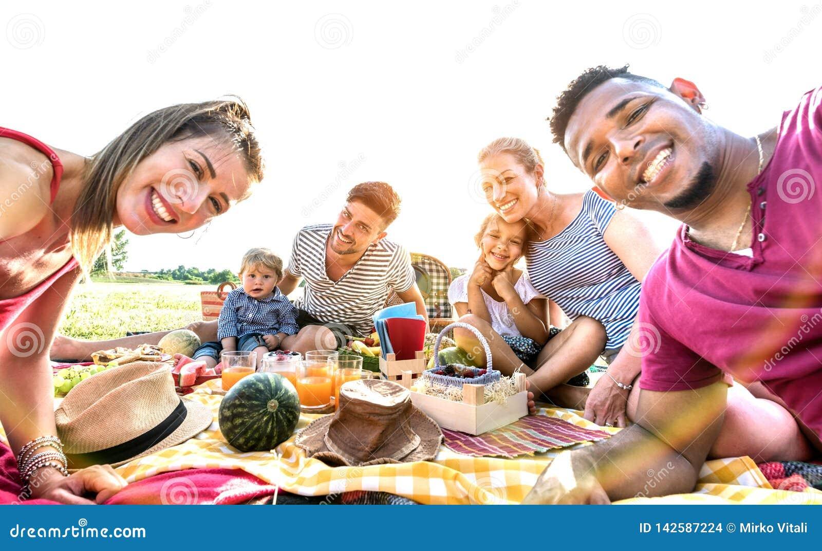 Gelukkige multiraciale families die selfie bij pic nic tuinpartij nemen - Multicultureel vreugde en liefdeconcept met gemengde ra