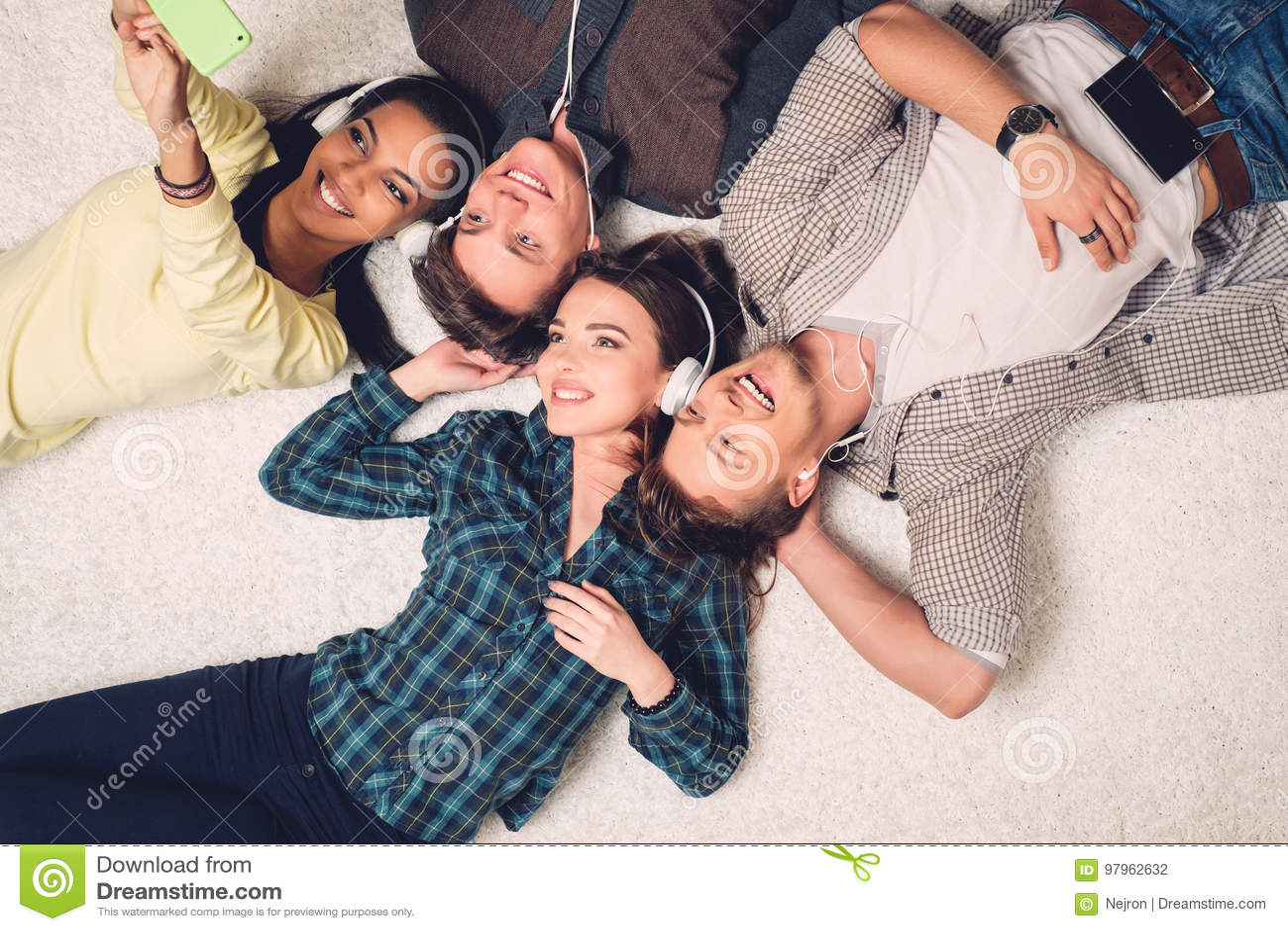 Gelukkige multiraciale vrienden die selfie nemen