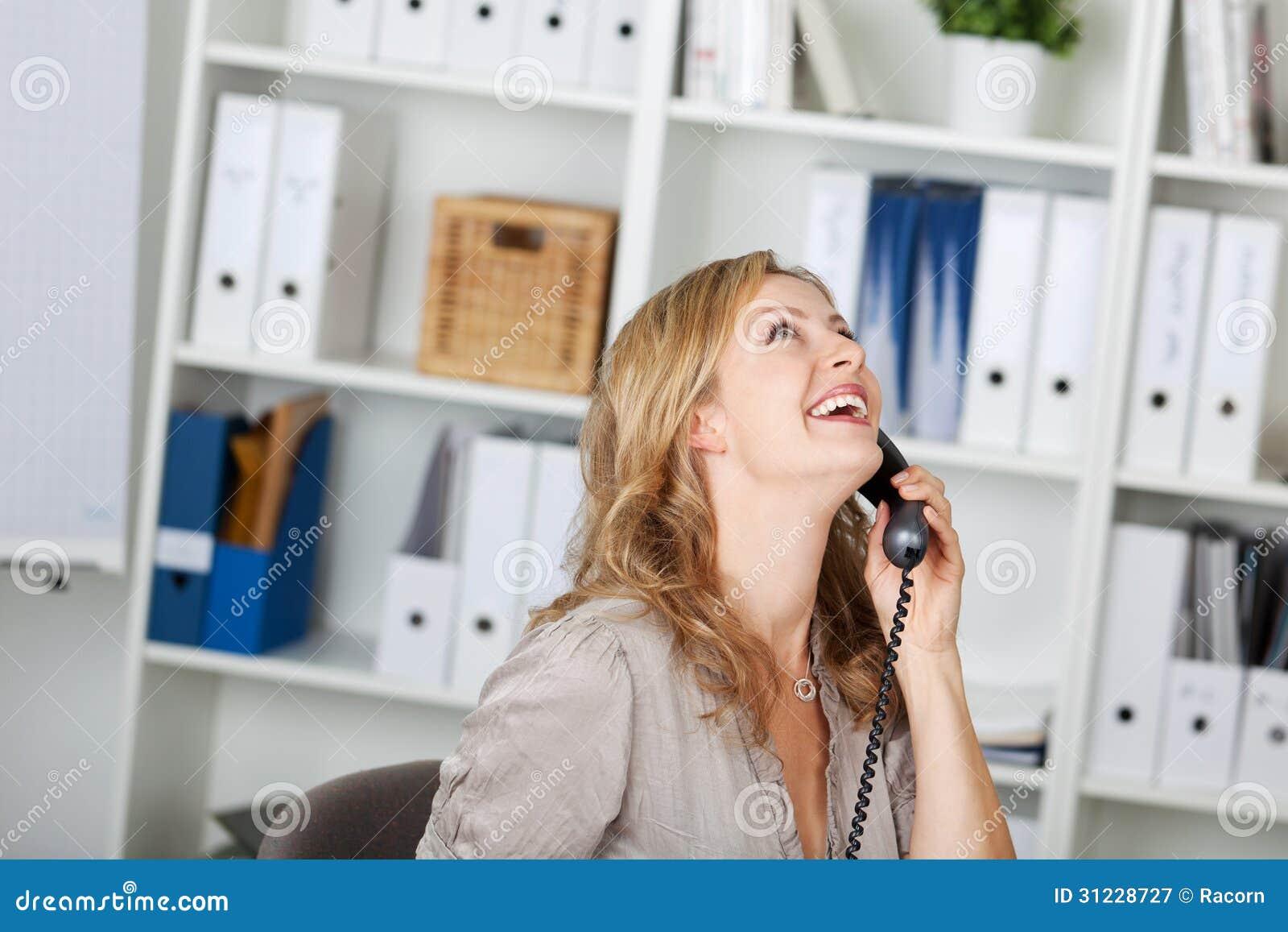 Gelukkige Onderneemster Communicating On Phone