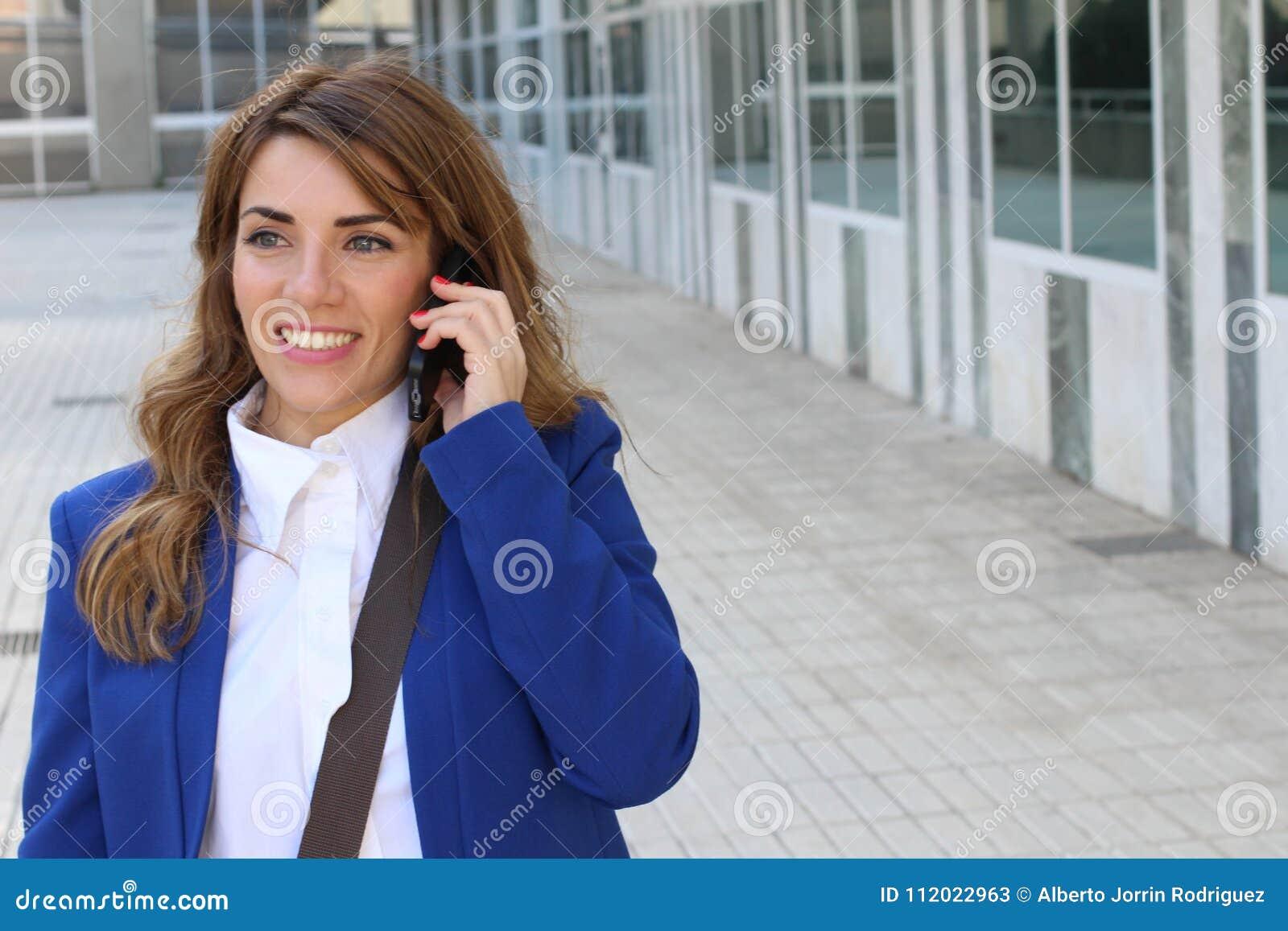 Gelukkige onderneemster die telefonisch roept