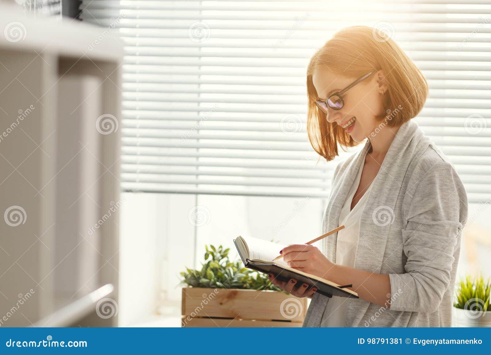 Gelukkige onderneemstervrouw bij schoolraad met programma planning