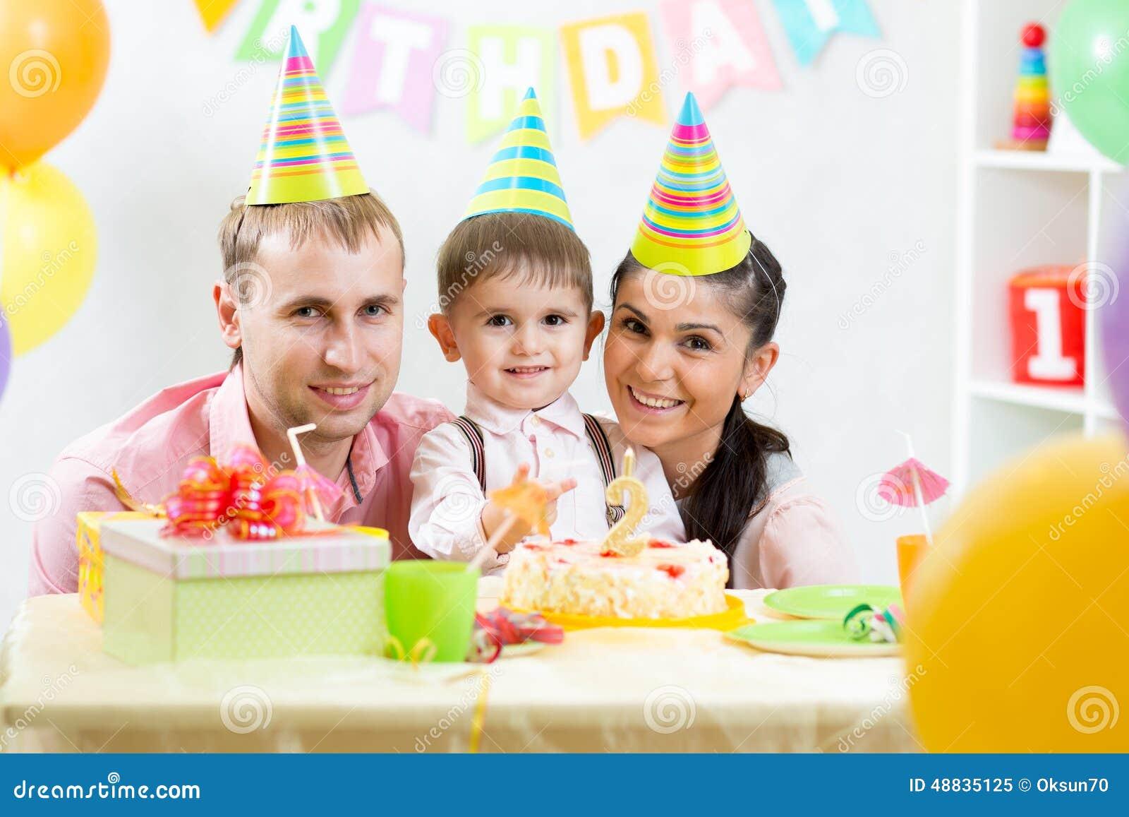 Gelukkige Ouders Die Verjaardag Van Jong Geitjezoon Vieren Stock