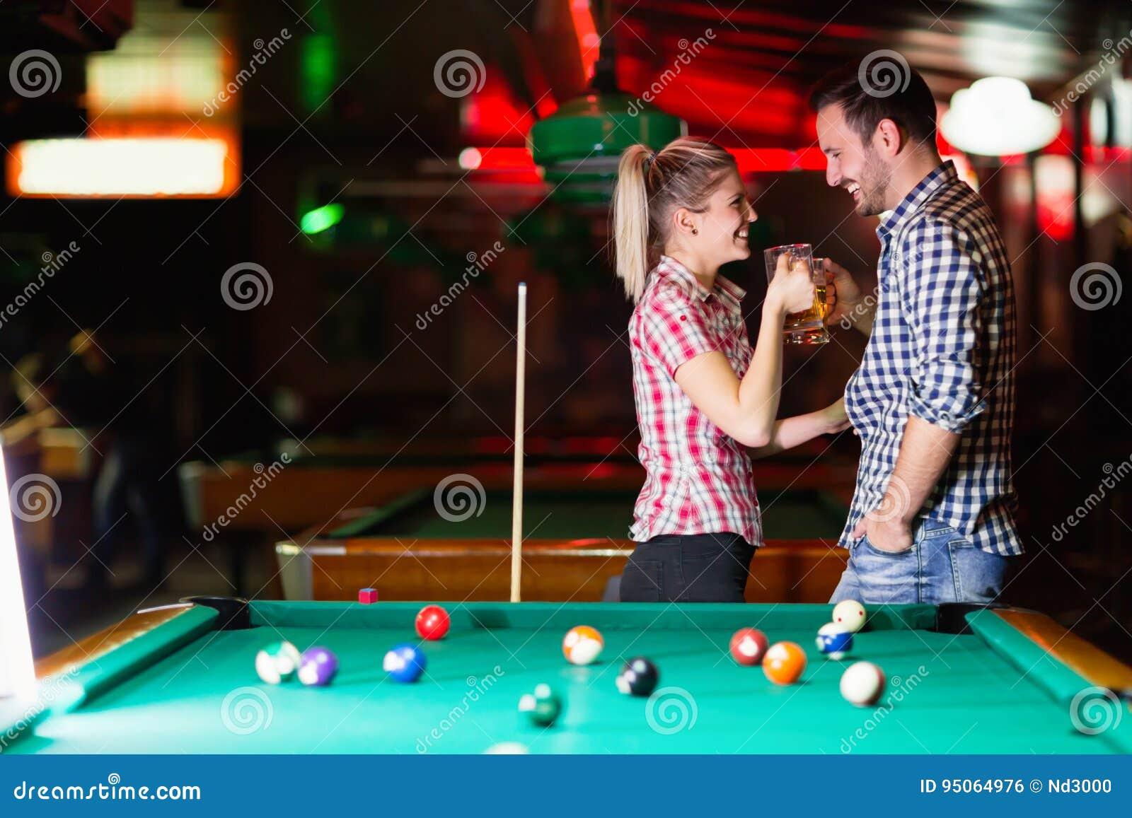 Gelukkige paar het drinken bier en het spelen snooker