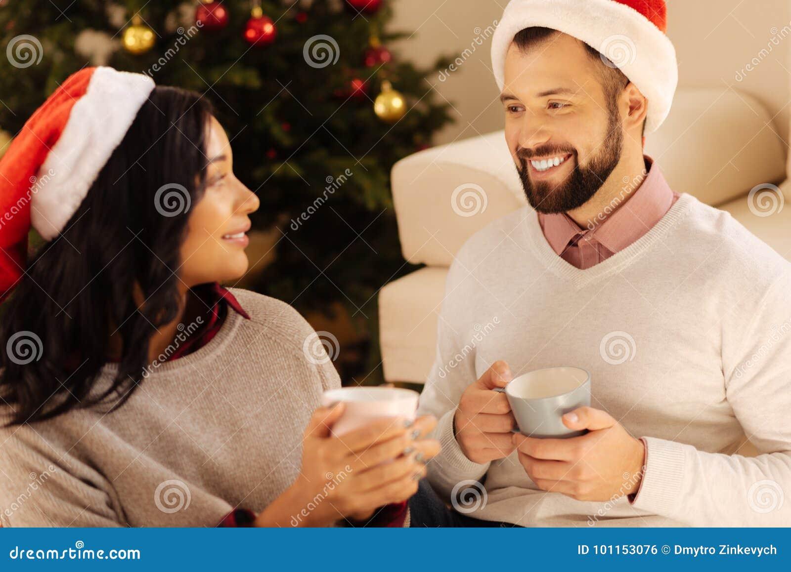Gelukkige paar het drinken koffie samen op Kerstavond