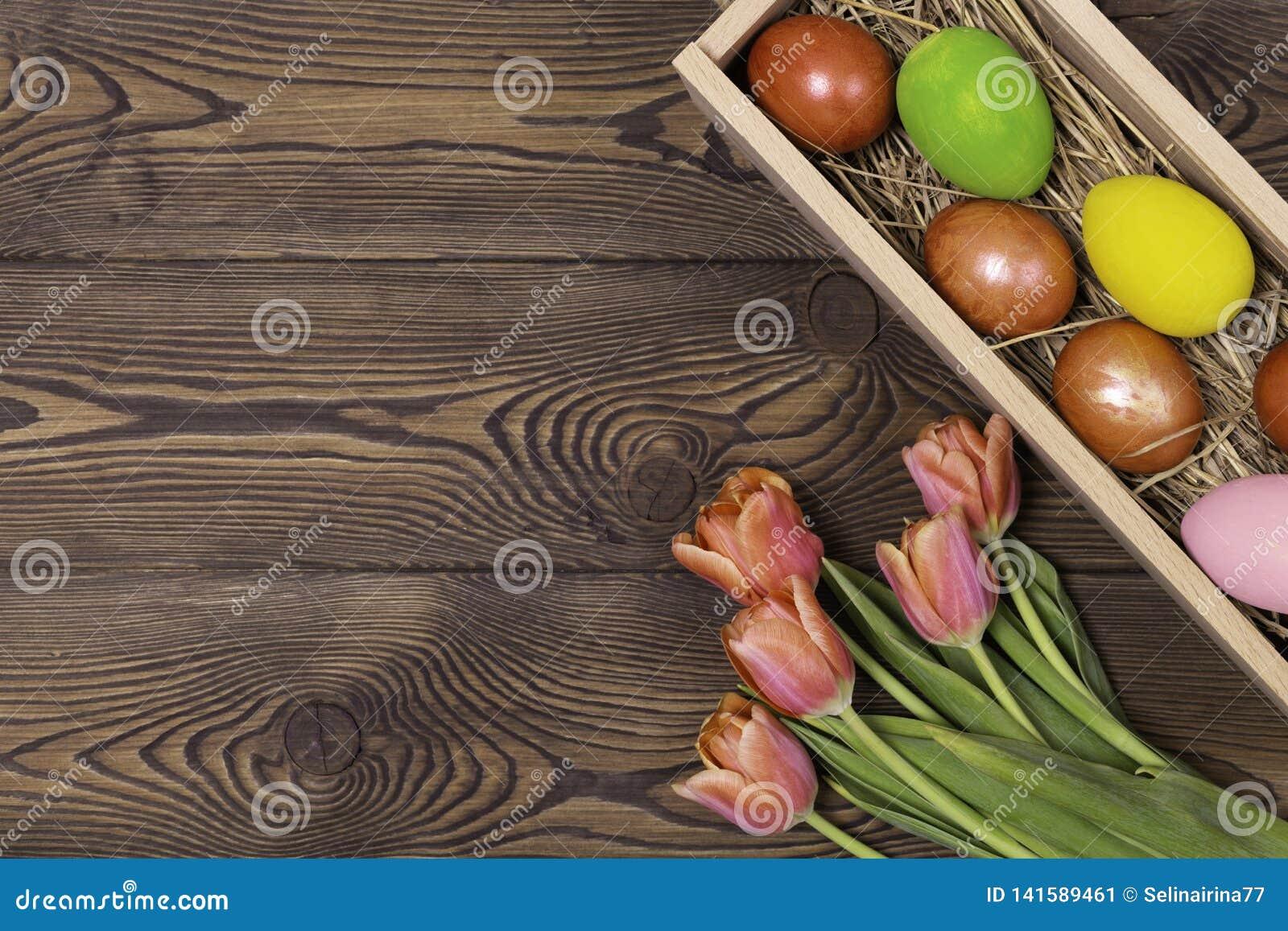 Gelukkige Pasen Felicitatiepasen-achtergrond Paaseieren en Bloemen