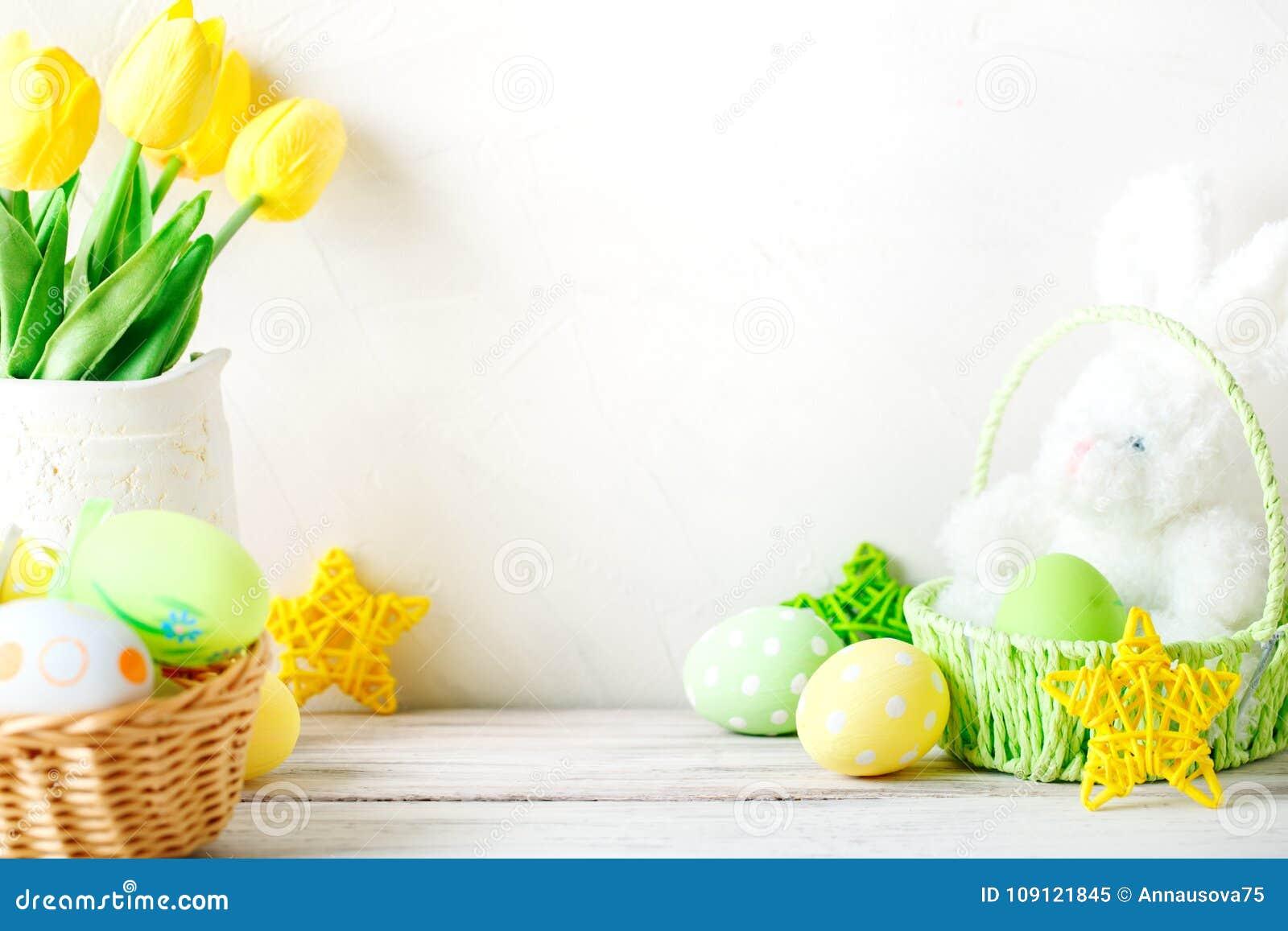 Gelukkige Pasen Felicitatiepasen-achtergrond Paaseieren en konijn