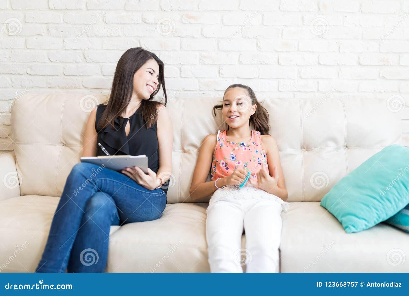 Gelukkige Psycholoog Looking At Girl terwijl het Maken van Nota s