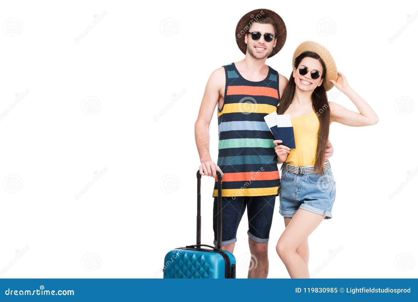Gelukkige reizigers met paspoorten, luchtkaartjes en bagage,