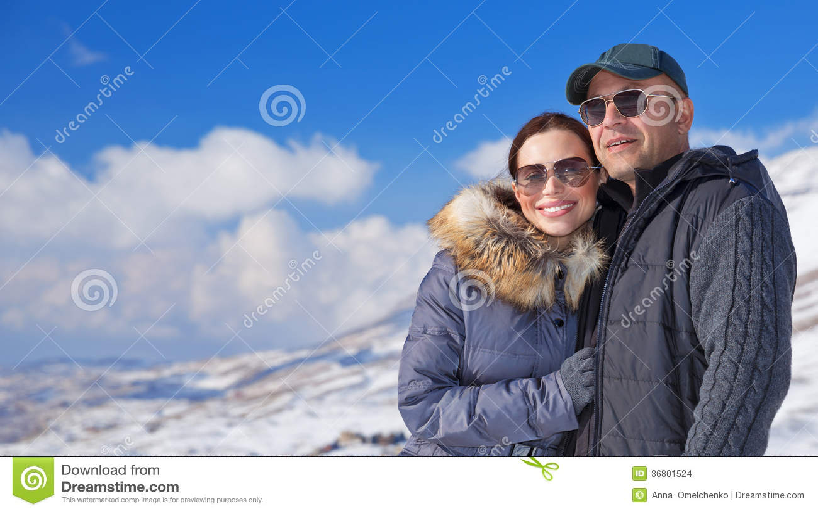 Gelukkige reizigers in sneeuwbergen