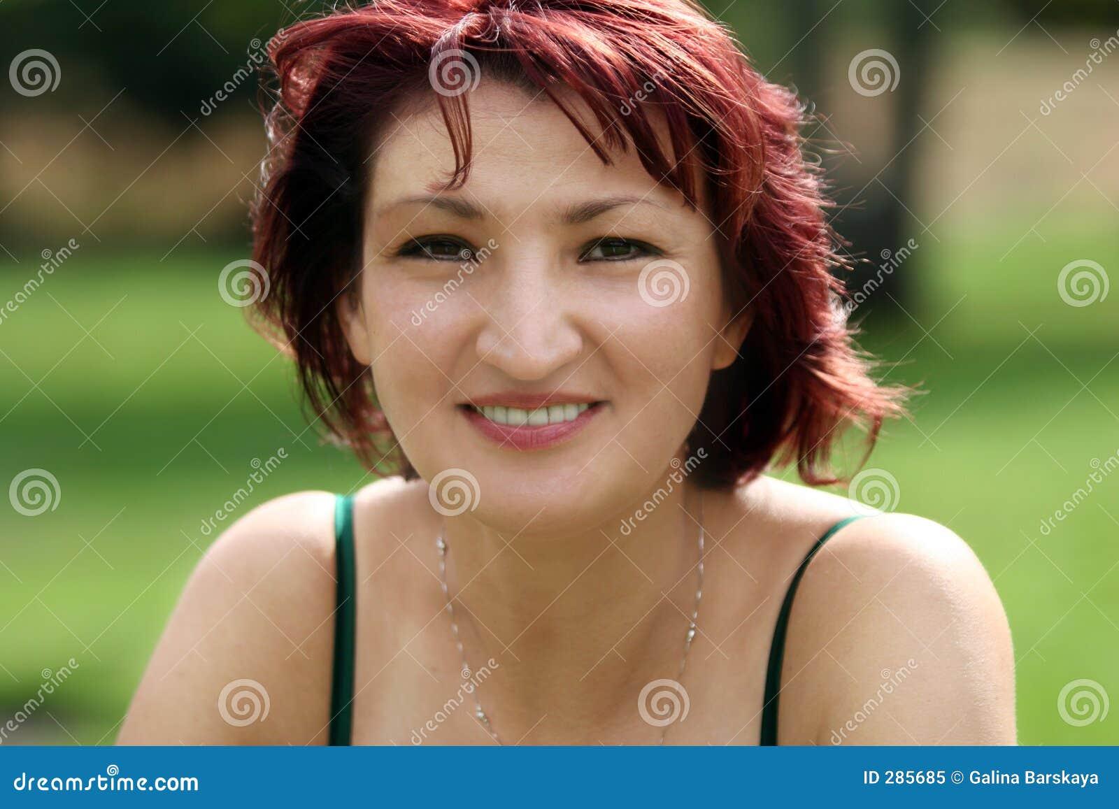 Gelukkige rijpe vrouw