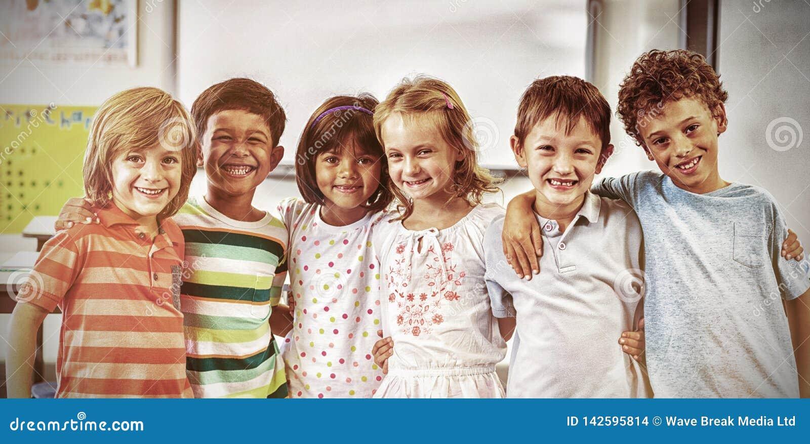 Gelukkige schoolkinderen die zich in klaslokaal bevinden