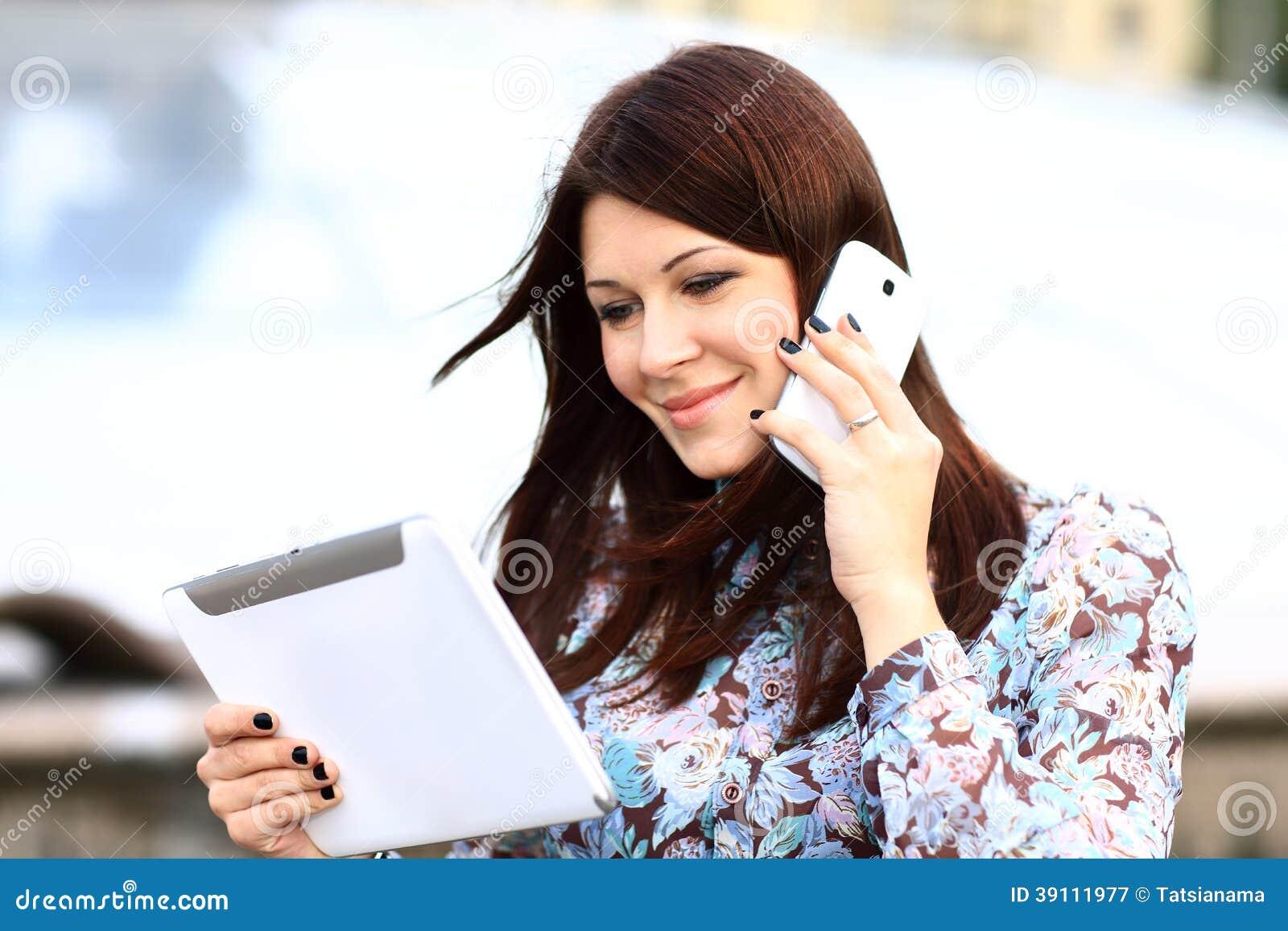 Gelukkige slimme onderneemster op de telefoon