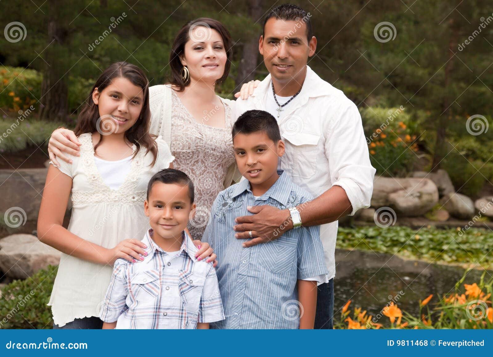 Gelukkige Spaanse Familie in het Park