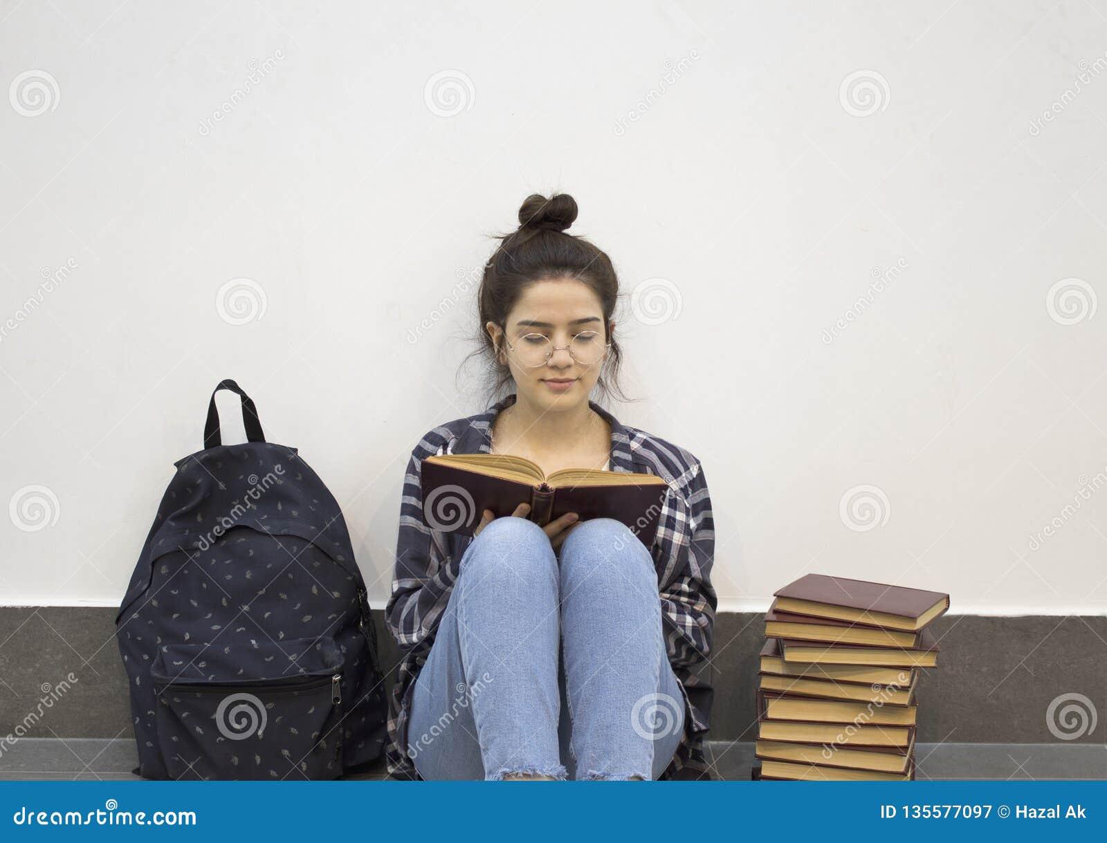 Gelukkige student die een boek lezen