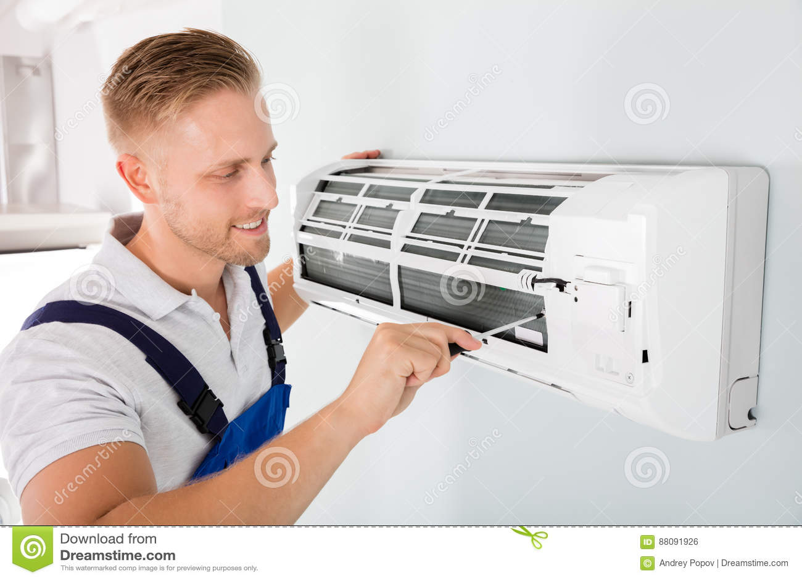 Gelukkige Technicus Repairing Air Conditioner