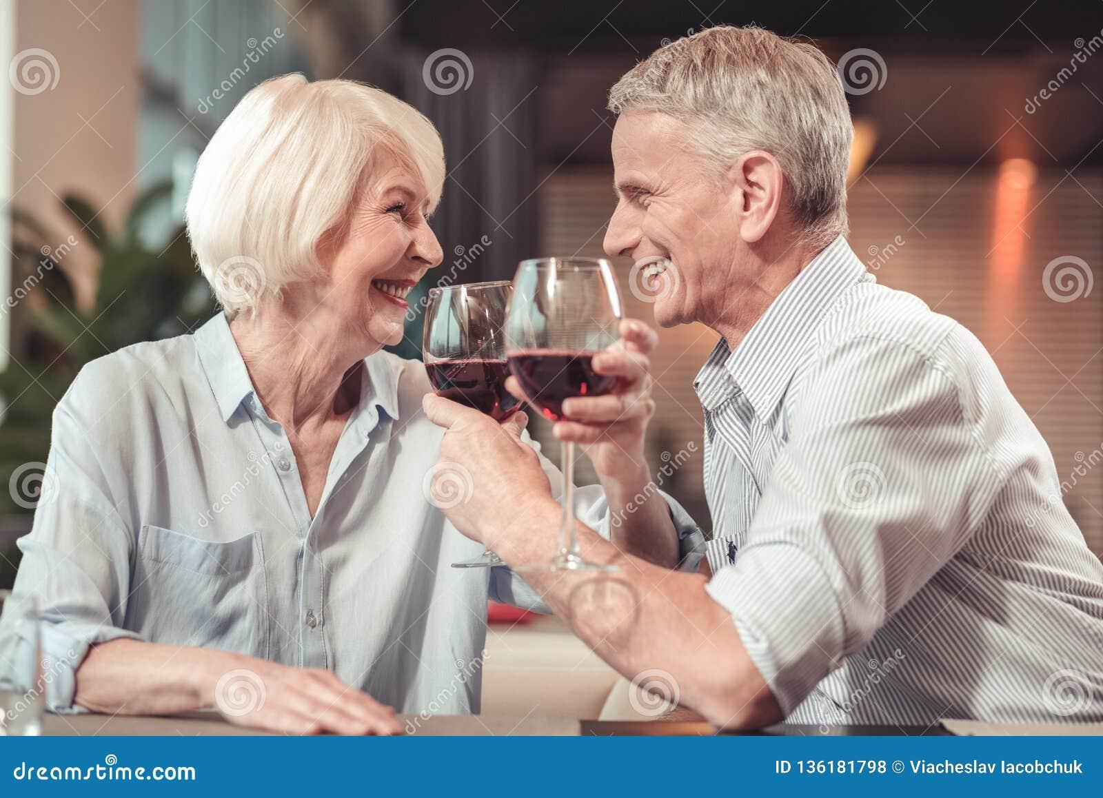 Gelukkige teruggetrokken man en vrouw die samen lachen