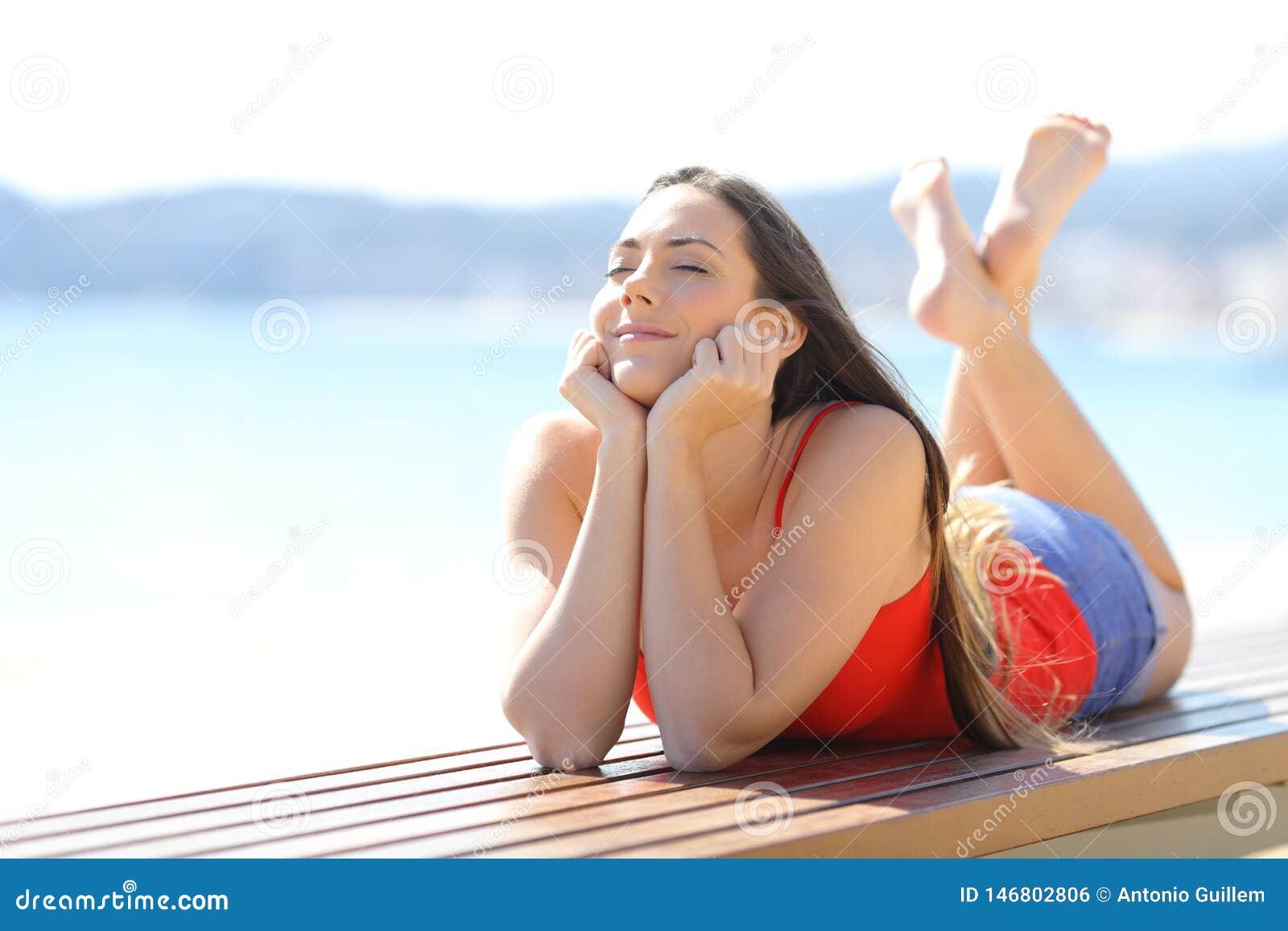 Gelukkige tiener die van vakantie op het strand genieten