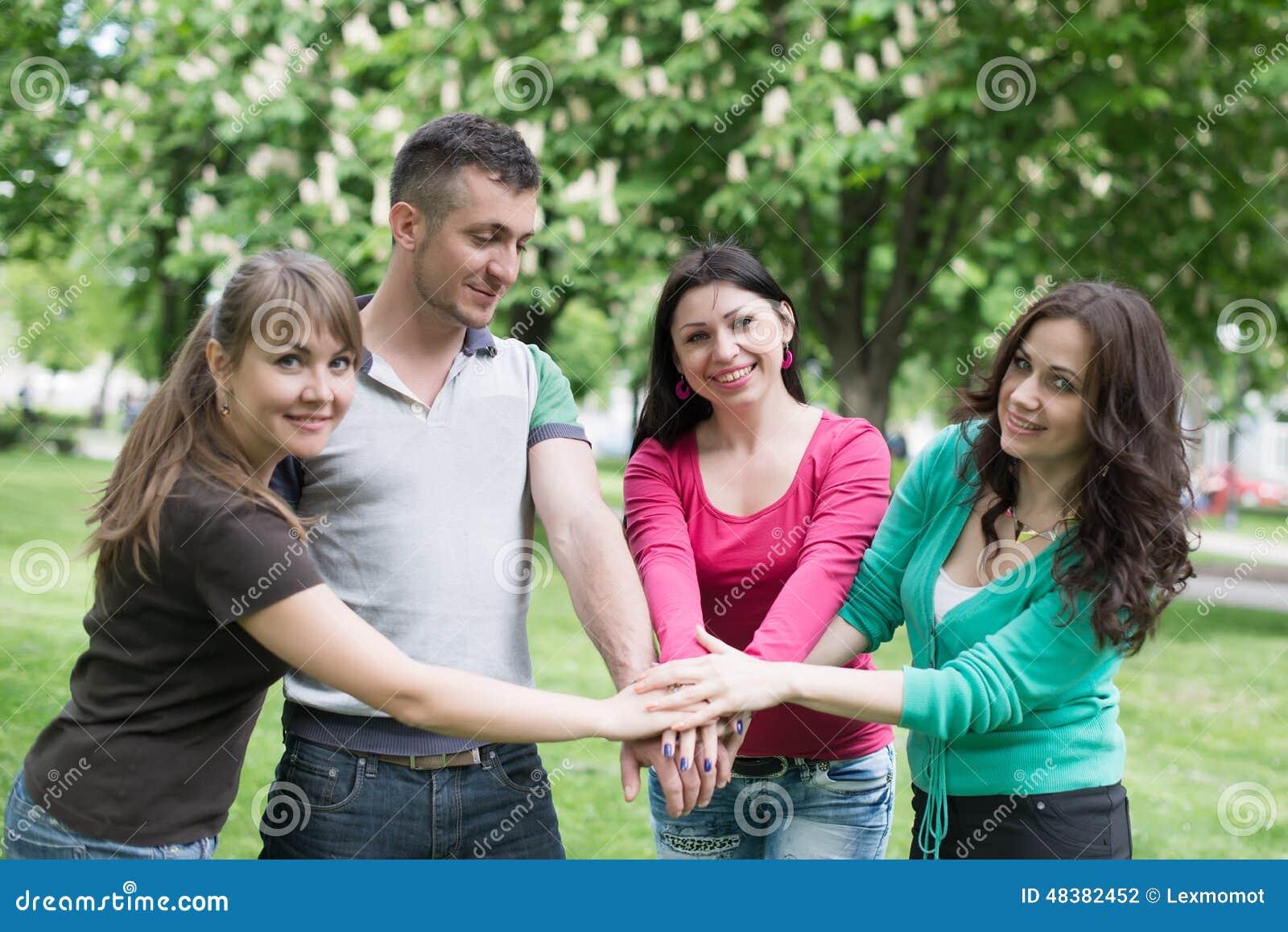 Gelukkige Tienergroep met Handen op Stapel