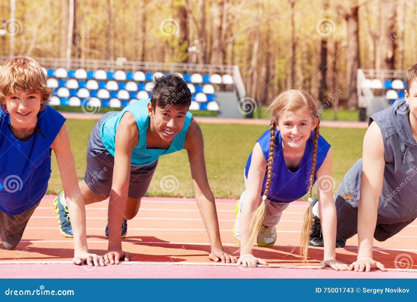 Gelukkige tienerjaren die opdrukoefeningoefeningen op het spoor doen