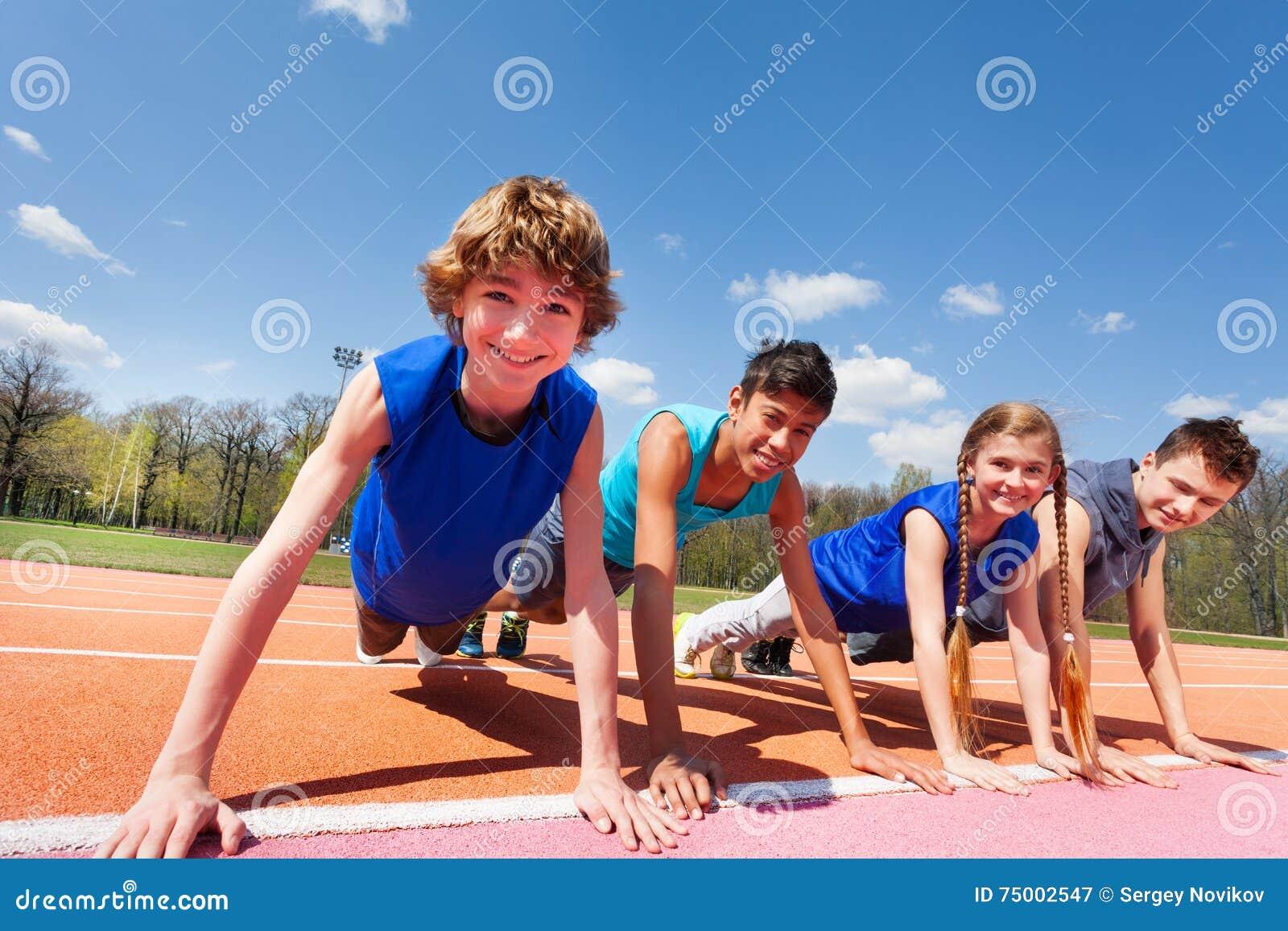 Gelukkige tieners die plank houden op het spoor openlucht