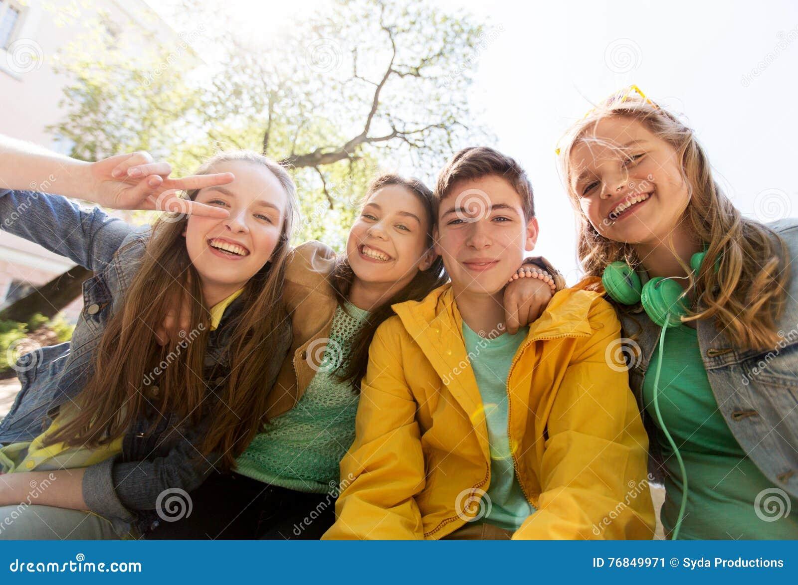 Gelukkige tienerstudenten of vrienden die pret hebben