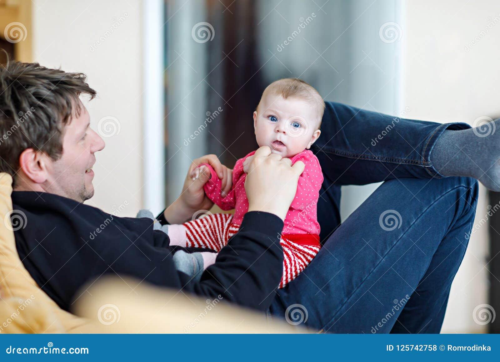 Gelukkige trotse jonge vader die pret met pasgeboren babydochter hebben, familieportret samen Papa met babymeisje, liefde nieuw