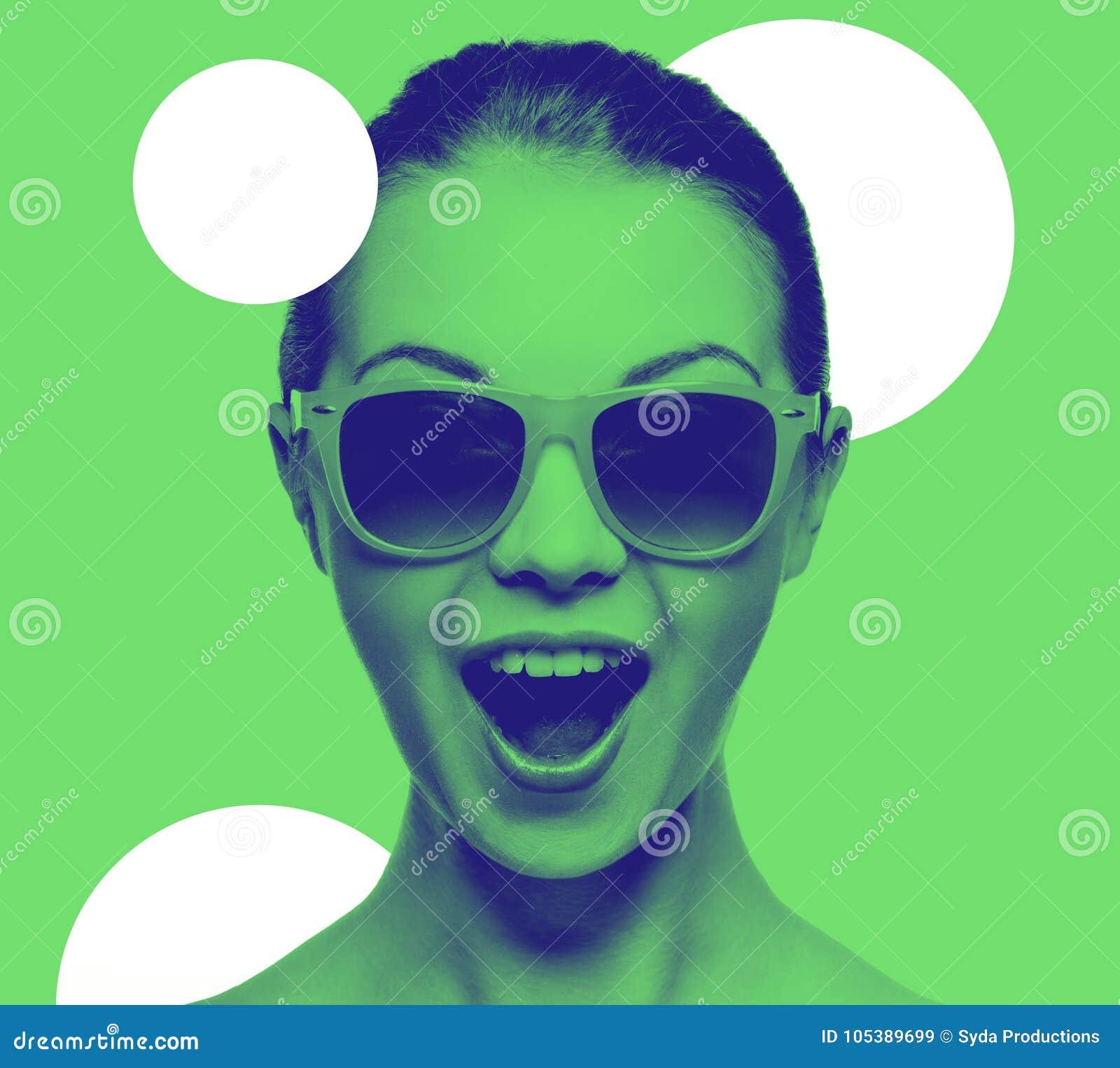 61861c26ab647c Geluk en mensenconcept - portret van gelukkige verbaasde tiener in zonnebril