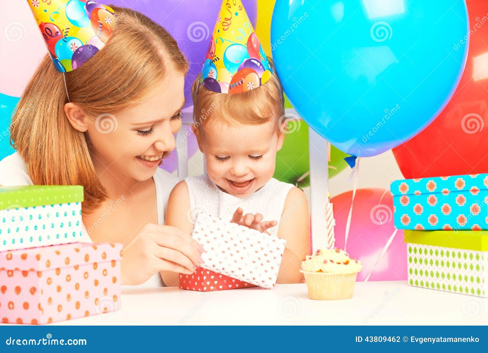 Gelukkige Verjaardag Moeder Die Gift Geven Aan Zijn Kleine Dochter