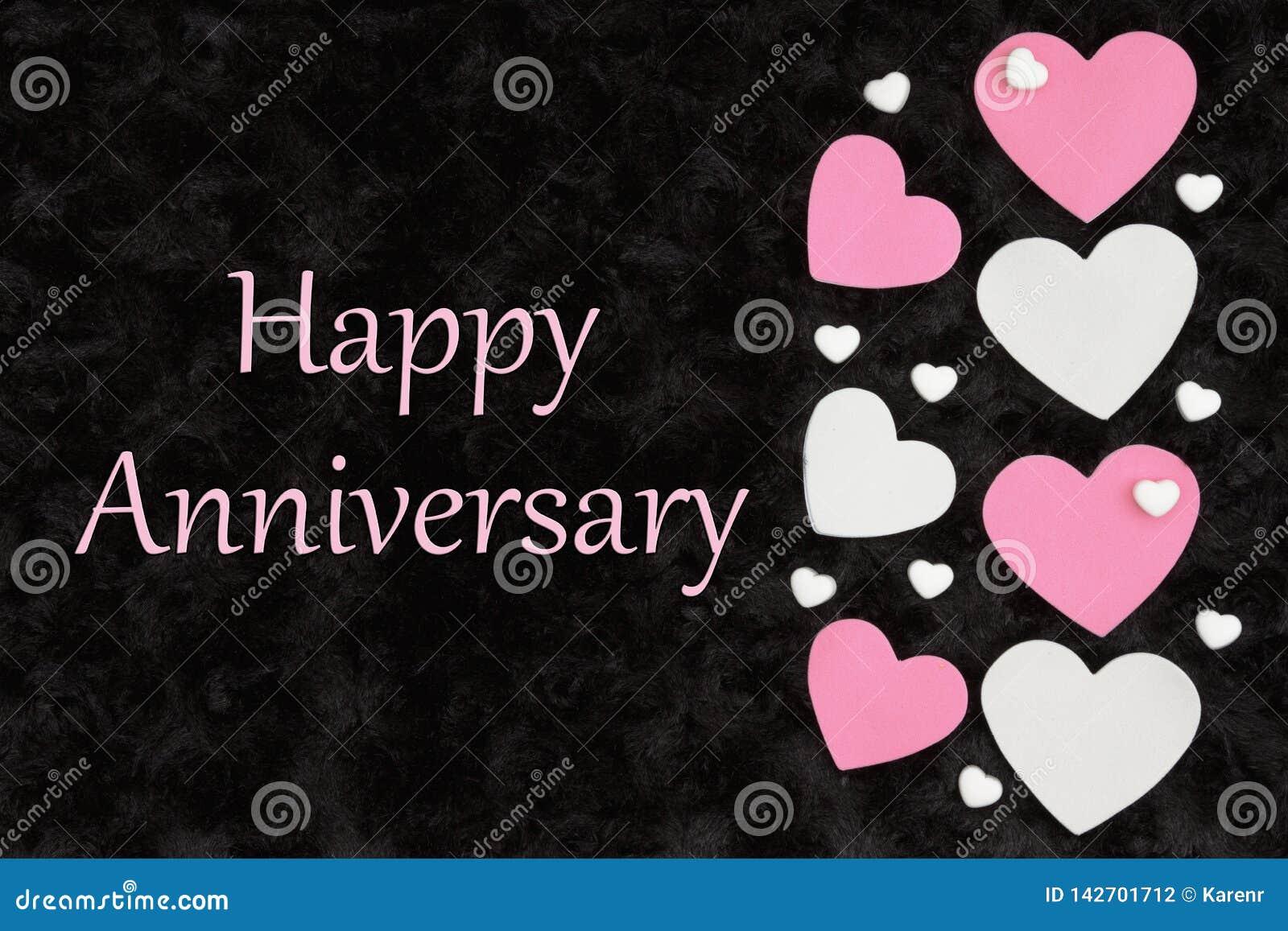 Gelukkige Verjaardagsgroet met witte en roze harten met suikergoedharten op zwarte
